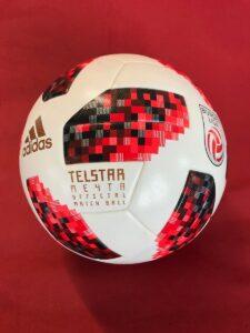 """Mit dem weltmeisterlichen Ligaball """"Telstar Mechta"""" von adidas in die neue Saison der Österreichischen Fußball-Bundesliga. Foto: bundesliga.at"""