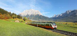 Blick auf den Wilden Kaiser zwischen St. Johann/Tirol und Kitzbühel. 25 moderne Cityjets vom Typ TALENT3 werden ab August 2020 in Tirol unterwegs sein. Foto: ÖBB / Talent3