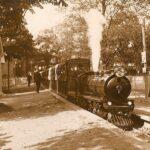 1. Mai 1928: Dampflok am Hauptbahnhof kurz nach der Eröffnung. Foto: Archiv Liliputbahn