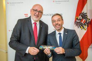 Fortsetzung folgt: Am 18. Juli 2018 haben nun Innenminister Herbert Kickl, BMI (rechts im Bild), und CEO Andreas Matthä, ÖBB Holding, diese erfolgreiche Kooperation verlängert. Foto: BMI / Gerd Pachauer