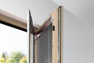 Die I-tec Beschattung befindet sich direkt zwischen den Scheiben. Über ein Bedienteil, das direkt am Fensterrahmen angebracht ist, kann man die Beschattung einfach steuern. Foto: Internorm