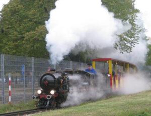 Eine der beiden historischen Dampflokomotiven in voller Fahrt. Foto: Liliputbahn / Durstmüller