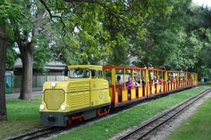 Zug der Liliputbahn mit Diesellokomotive D4 auf der Fahrt durch den Wiener Prater. Foto: Liliputbahn / Michlmayr