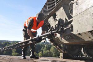 Der 55 Tonnen schwere Panzer wird mit Ketten am Waggon gesichert. Foto: Harald Mitterhuemer