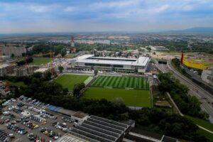 Ein echtes Schmuckkasterl - auch von oben - ist sie geworden. Die Heimstätte der Wiener Austria, die Generali Arena NEU im Sommer 2018. Foto: FAK
