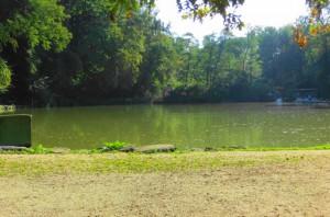 Der große Fischteich in der Nähe des Abenteuer Spielplatzes für die Kinder lädt zum Rasten, Innehalten und gemütlichen Verweilen ein. Foto: oepb