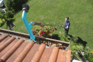 Der GARDENA combisystem-Dachrinnenreiniger sorgt für optimale Reinigungsergebnisse. Foto: GARDENA