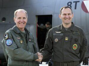 Der scheidende (links) und der neue Kommandant (rechts). Foto: BMLV / Vzlt Gerhard SIMADER