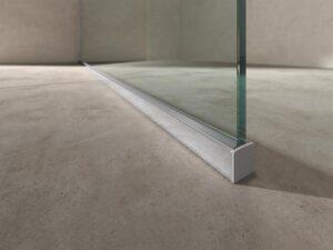 Die Glaswand wird im Bodenprofil auf den bestehenden Boden montiert. Foto: Artweger