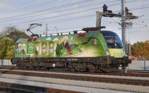 """Seit Sommer 2018 sind die ÖBB zu 100 Prozent mit grünem Bahnstrom unterwegs – bis 2030 ist """"100% grüne Mobilität"""" das erklärte Ziel. Gemäß diesem Motto ist die ÖBB-Klimalok seit kurzem in ganz Österreich unterwegs. Foto: ÖBB / Deopito"""