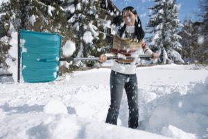 Mit dem GARDENA combisystem Schneeschieber KST 50 wird Schneeschaufeln zum Kinderspiel. Foto: GARDENA