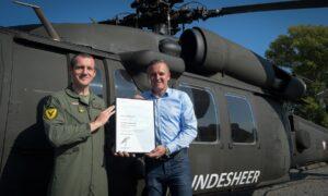 Verteidigungsminister Mario Kunasek (rechts) überreicht die Urkunde an Major Franz Reisinger. Foto: Bundesheer / Pusch
