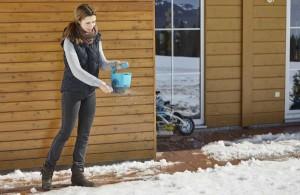 Und mit dem GARDENA Handstreuer M gelingt das wohldosierte Ausbringen von Winterstreugut schier im Handumdrehen. Foto: GARDENA