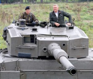 Major Jörg Loidolt (links) und Bundesminister Mario Kunasek am Kampfpanzer Leopard. Foto: Bundesheer / Simader