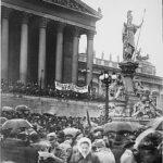 Vor 100 Jahren, am 12. November 1918, erfolgte die Ausrufung der Republik Deutschösterreich vor dem Parlament in Wien. Unser aller heute bekanntes und geliebtes Österreich ward damit geboren. Foto: ÖNB