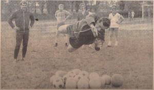 1er-Keeper Helmut Kitzmüller (links) beobachtet die Parade des vermeintlichen 2er-Torhüters, der Neu-Erwerbung Albin Köstenbauer. Hier bei einem SK VÖEST Linz-Training am Werksportplatz im Juli 1969. Foto: oepb