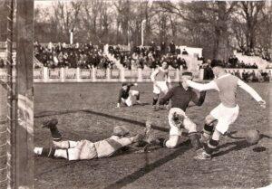 Die Austria am Weg zum SC Ostmark. Hier eine Spielszene aus den späten 1930er Jahren am WAC-Platz im Wiener Prater. Der Schuss von Josef Molzer (Austria), ganz rechts wird vom Wiener AC-Keeper und dessen Verteidigung geblockt. Foto: oepb