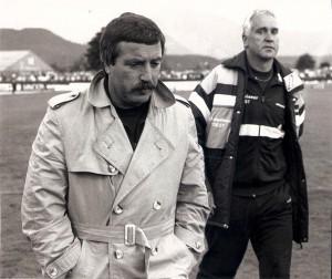 """Versteinerte Gesichter im Juni 1988 in Klagenfurt. Der SK VÖEST Linz ist nicht mehr im Oberhaus vertreten. Trainer Johann """"Janos"""" Kondert (links), als auch Albin Köstenbauer nach der 0 : 3-Pleite im entscheidenden Spiel. Foto: oepb"""