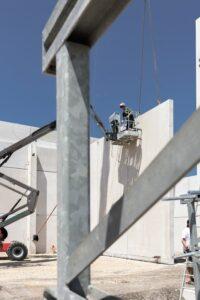 Der Einsatz von Fertigteilen beschleunigt den Baufortschritt bei der Errichtung der Lagerhalle. Insgesamt wurden 3.500 Quadratmeter Wandelemente in nur vier Wochen vollständig zusammengebaut. Foto: Schöck/GEOPHO