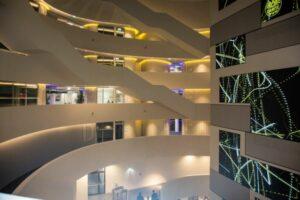 Bei der an- und abschließenden Führung durch die ÖAMTC-Zentrale beeindruckte bereits das Stiegenhaus mit Lichtinstallationen und digitalen Screens. Foto: Michael Hetzmannseder