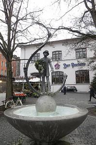 Am Münchner Viktualienmarkt befindet sich der Karl Valentin Brunnen. Der Freistaat Bayern mit seiner Landeshauptstadt München gedachte so einem großen Sohn der Stadt. Foto: oepb