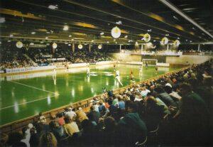 Volle Ränge, herrliche Stimmung, viele Tore. Dies machte den Reiz des Hallenfußballspieles aus. Hier eine Szene vom Dezember 1989 aus der Linzer Sporthalle. SK VÖEST Linz versus SG Eintracht Frankfurt. Foto: oepb