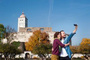 Ein Selfie mit Blick auf die Schallaburg im herrlich bunten Schlossgarten in Ehren, kann wohl niemand verwehren. Foto: Martina Siebenhandl