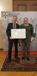 Militärkommandant Generalmajor Kurt Raffetseder (rechts) tauscht mit Dr. Magne Setnes, Vorstandsvorsitzender der BrauUnion Österreich die Netzwerkurkunde. Foto: BMLV / Obstlt Gerhard OBERREITER