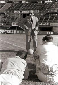 """Béla Guttmann trainierte gerne mit Hut, Mantel und Anzug, wie in diesem Fall als ÖFB-Coach 1964. Hie und da fragte er Journalisten: """"Was meinen Sie, soll ich gehen mit Hut in der Hand zur Bank? Oder wäre es besser, ich gehe mit Hut und nehme ihn dann erst vor der Bank vor den Leuten ab, um sie so zu grüßen."""" Foto: Sammlung Guttmann"""