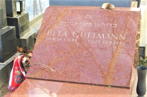 Am Wiener Zentralfriedhof, Tor 4, fand Béla Guttmann seine letzte Ruhestätte. Welchen Stellenwert er für die Supporters von Benfica Lissabon heute noch hat, beweist der Fan-Schal links neben dem Grabstein. Foto: oepb