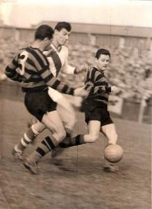 Horst Nemec (Bildmitte, helle Dress) trat am 17. September 1960 als dreifacher Torschütze auf der Simmeringer Had in Erscheinung. Aus 1. Simmeringer SC gegen FK Austria Wien (0 : 3). Foto: privat/oepb