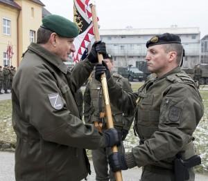 Generalleutnant Reißner (links) übergibt mit der Standarte der 4. Panzergrenadierbrigade das Kommando sichtbar an Brigadier Schier. Foto: Bundesheer / Simader