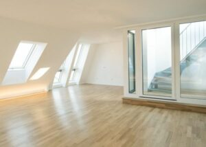 Für mehr Tageslicht sorgte der Dachflächenfensterhersteller FAKRO mit seinen Klappschwingfenstern und Sonderlösungen. Foto: FAKRO / Rustler Gruppe
