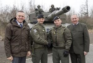 Von links: Verteidigungsminister Kunasek, Oberst dG Fuchs, Brigadier Schier und Landtagspräsident Viktor Sigl vor einem Kampfpanzer Leopard. Foto: Bundesheer / Simader