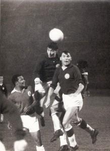 Horst Nemec überspringt wuchtig seinen Vereins-Kollegen Ernst Ocwirk beim Kopfball. Aus FK Austria Wien gegen Benfica Lissabon (1 : 1) vom 31. Oktober 1961 vor 80.000 !!! Zuschauern im Wiener Praterstadion. Foto: privat/oepb