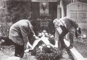 ... so wie auch im Jahre 1963 aus Anlass des 60. Geburtstages von Matthias Sindelar dies der damalige Austria-Präsident MedRat Dr. Emanuel Schwarz (links) und Austria-Sekretär Norbert Lopper getan hatten. Foto: Lopper / oepb