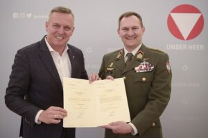 Verteidigungsminister Mario Kunasek (links) bestellt Wolfgang Wagner zum neuen Kommandanten. Foto: Bundesheer/Gunter Pusch