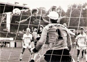 Ein tyisches Toni Polster-Tor. Der Goalgetter setzt sich per Kopf gegen Alexaner Sper durch. Die VÖEST-Spieler Georg Zellhofer (links) und Günther Stöffelbauer (rechts) können nur tatenlos zusehen. Ebenso Torhüter Max Eisenköck hat keine Chance, vierfacher Torschütze an jenem Freitag, 12. Juni 1987 im Linzer Stadion war Toni Polster. Aus SK VÖEST Linz gegen FK Austria Wien 0 : 4 (0 : 1). Foto: Erwin H. Aglas, opeb.at