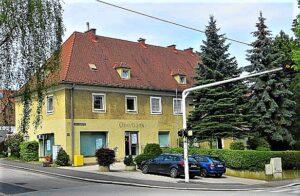 Blick auf die einstige Greißlerei Hartl – die im kompletten Erdgeschoß untergebracht war – am Linzer Froschberg. Foto: © oepb