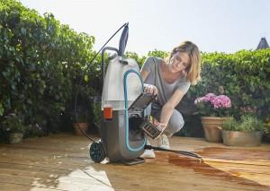 Der neue GARDENA Hochdruckreiniger AquaClean Li-40/60 ist besonders flexibel im Außenbereich einsetzbar. Er kann mit Wassertank oder Gartenschlauch betrieben werden und neben der Reinigung auch für die Gartenbewässerung zum Einsatz kommen. Foto: GARDENA