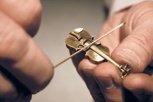 Spielbares Meisterstück: Goldene Miniaturgeige im Maßstab 1:6. Goldschmiedermeister Wilhelm Hadler. Foto: kulturundwein.com