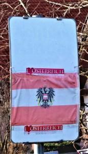 Erkennen Sie den Fehler auf diesem Bild? Richtig, der Adler blickt nach Osten, und das ist FALSCH! Für den ³gelernten Österreicher² ist es immer wieder unverständlich, dass man die Flagge samt darauf befindlichem Greif-Vogel nicht richtig hissen kann. Der Adler blickt IMMER nach WESTEN. Im tiefsten Niederösterreich, in diesem Falle im Bezirk St. Pölten-Land, scheint dieser Umstand jedoch nicht geläufig zu sein. Foto: oepb