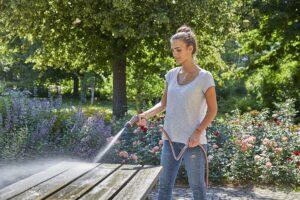 Ein innovativer oszillierender Wasserstrahl macht die neue GARDENA Comfort Reinigungsspritze ecoPulse besonders effektiv bei der Reinigung von Flächen und auch bei der Bewässerung. Gleichzeitig werden dabei bis zu 40 Prozent weniger Wasser verbraucht  das schont die Umwelt und den Geldbeutel. Foto: GARDENA