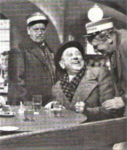 """Im Bild von links: Hans Moser, Richard Eybner und Paul Hörbiger. In """"Hallo Dienstmann"""" aus dem Jahre 1951 spielte Eybner einen Akademieprofessor, Moser den echten und Hörbiger den falschen Dienstmann. Foto: oepb"""