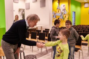 Aber auch die Begegnung mit Autoren, in diesem Fall mit Franz Sales Sklenitzka, stellt für die lesefreudige Jugend eine willkommene Abwechslung dar. Foto: Klaus Engelmayer