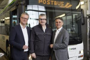 Im Bild von links: Managing Director bei Nagarro Austria Thomas Riedl, ÖBB-Postbus Techniker Christian Studnicka, sowie Ewald Koller (Leiter Technik bei ÖBB-Postbus). Foto: ÖBB / Katharina Stögmüller