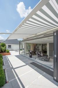 ... oder auf der Terrasse genießen. (VALETTA BAHAMA-ZIP) Für die passende Beschattung sorgt der Sonnenschutzprofi VALETTA mit seinem breiten Angebot an ZIP-Systemen, ...