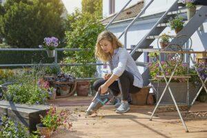 Der neue GARDENA Outdoor Handsauger EasyClean Li ist die Lösung für die Reinigung im Außenbereich. Er kann feine Partikel, wie Pollen oder Staub genauso mühelos aufnehmen wie feuchte Erde und ist daher ein wahres Multitalent für Garten, Hof und Hobby. Foto: GARDENA