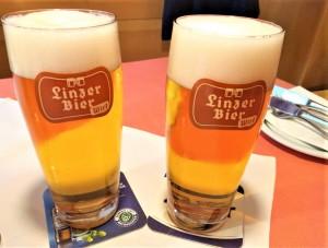 """... das """"Linzer Bier"""" ausgeschenkt. Ein Besuch dort lohnt allemal, denn das kulinarische Angebot ist vielfältig und reichhaltig zugleich. Beide Fotos: oepb"""
