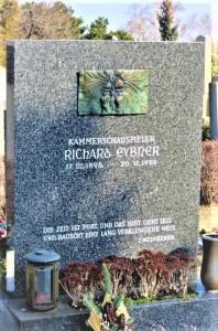 Am Döblinger Friedhof zu Wien fand der ursprünglich aus St. Pölten stammende Erz-Wiener Richard Eybner (* 17. März 1896, † 20. Juni 1986) nach 90 erfüllten Lebensjahren - stets im Dienste der Komik, der Schauspielkunst und des Erheiterns seiner Mitmenschen bedacht - seine letzte Ruhestätte. Foto oepb